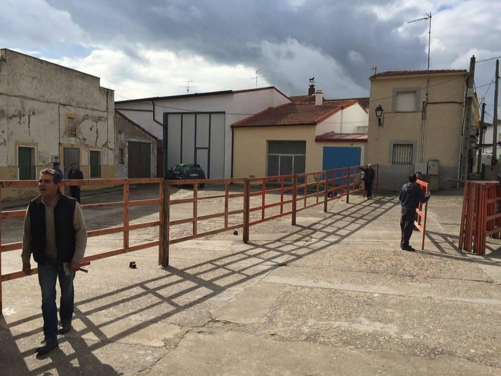 La ACTC procede a la colocación de las talanqueras para su I Toro de San Isidro